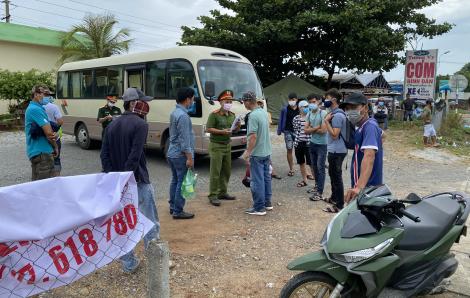 Điều xe quân đội chở người dân về Huế cách ly