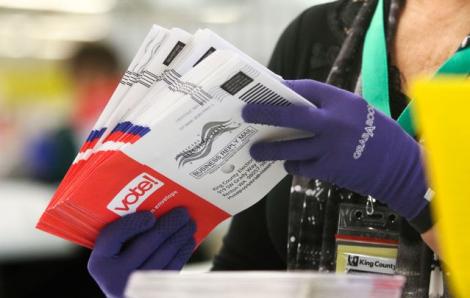 Quan chức tình báo Mỹ bác bỏ nguy cơ gian lận bầu cử qua thư tín