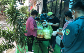 Chị em đi chợ, nấu cơm cho người dân khu vực cách ly vì dịch COVID-19