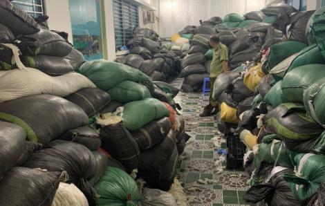Gần chục tấn găng tay y tế đã qua sử dụng bị bắt giữ