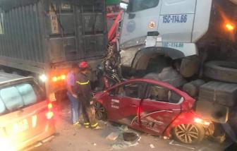 Xe container mất lái, 4 người thương vong