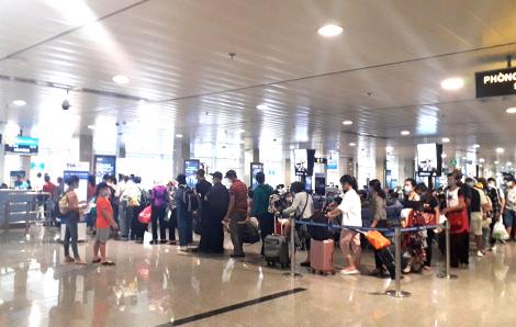 Khách phàn nàn Vietnam Airlines liên tục hủy chuyến, tách trẻ khỏi người lớn