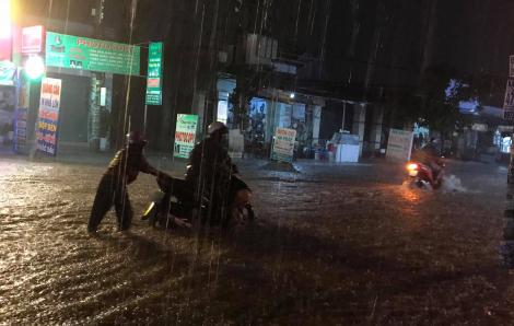 Bình Dương: Mưa lớn đường thành sông, dân bì bõm lội nước về nhà