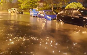 """Hàng ngàn ô tô chôn mình trong biển nước, nửa đêm cư dân kéo xe """"chạy ngập"""""""