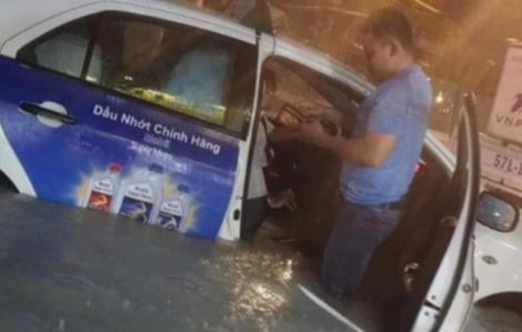 Sài Gòn mưa trắng trời, phố phường biến thành sông, xe cộ chết máy la liệt ngoài đường