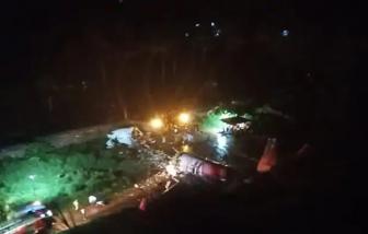 Ấn Độ: Máy bay chở hơn 180 người trượt xuống đồi, vỡ đôi