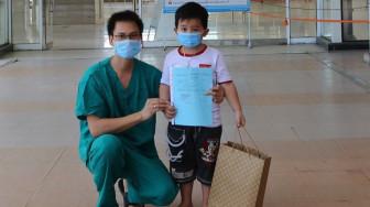 Bé trai 5 tuổi được chữa khỏi COVID-19, xuất viện về nhà
