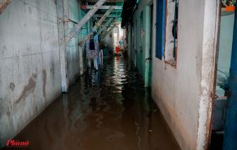 Quận 2, TPHCM: Mưa đã tạnh gần cả ngày, dân vẫn bì bõm lội nước