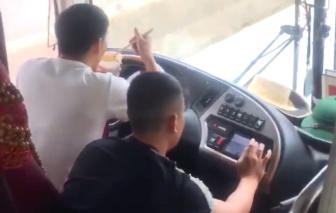 Tước giấy phép tài xế xe khách vừa lái xe vừa ăn mỳ