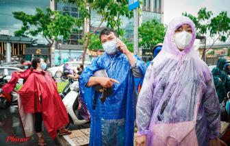 Đội cả cơn mưa chờ con làm thủ tục dự thi tốt nghiệp
