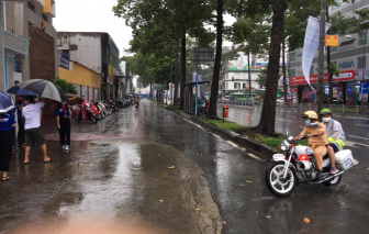 CSGT nhường áo mưa, dùng xe đặc chủng chở thí sinh đến điểm thi