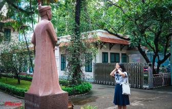 Cúi mình trước tượng nhà bác học Lê Quý Đôn trong kỳ thi quan trọng