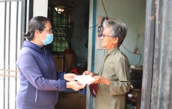 Mùa dịch, sẻ chia bao gạo, chai mắm và tiền chợ cho những hoàn cảnh khó khăn