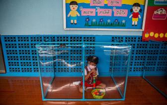 Học sinh Thái Lan được cách ly trong lồng nhựa giữa dịch COVID-19