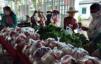 Tặng thực phẩm giúp người nghèo khó vượt qua khó khăn