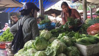 Tiểu thương chật vật giữ khách, siêu thị đồng loạt giảm giá