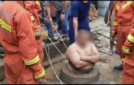 Lính cứu hỏa giải cứu thành công người đàn ông 121kg mắc kẹt trong giếng