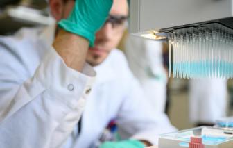 Đức rút lại tuyên bố lạc quan về vắc-xin COVID-19
