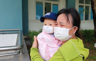 Nghẹn ngào phút ra viện của bé gái 8 tháng tuổi mắc COVID-19 ở Đà Nẵng