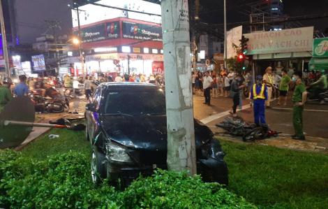 TPHCM: Ô tô tông hàng loạt xe máy dừng đèn đỏ, nhiều người bị thương