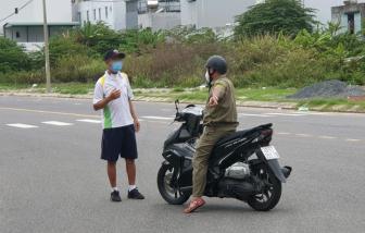 15 người đi bộ, đạp xe nơi công cộng, 10 người bị phạt, 5 người bị nhắc nhở vì có hoàn cảnh khó khăn