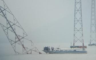 Đổ trụ điện cao thế vượt biển, gần 1.000 hộ dân bị mất điện