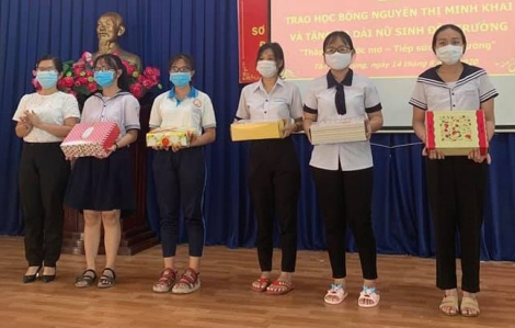 Trao tặng học bổng và vải áo dài cho học sinh nghèo