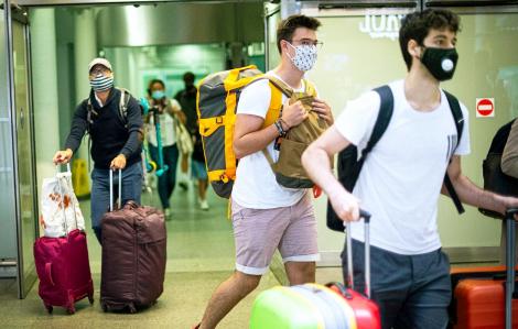 Nhiều nước đóng cửa du lịch quốc tế  chờ... vắc-xin phòng COVID-19