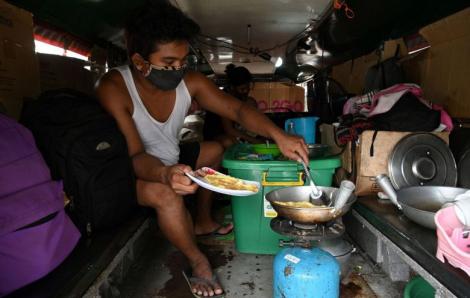 Philippines: Tài xế xe bus phải ra đường ăn xin vì COVID-19