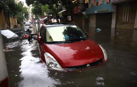 """Phố cổ Hà Nội thành """"sông"""" sau cơn mưa lớn kéo dài"""
