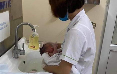 Giải cứu bé sơ sinh bị bỏ rơi trong khe tường hẹp giữa hai ngôi nhà