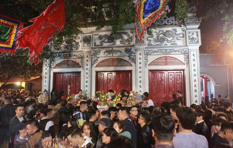 Hà Nội có thể đóng cửa Phủ Tây Hồ vì người đến lễ quá đông