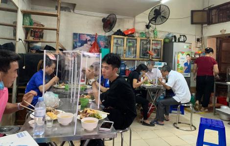 Hàng quán Hà Nội lắp vách ngăn thực hiện giãn cách, phòng chống COVID-19