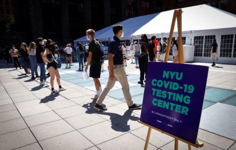 Sinh viên Mỹ xếp hàng xét nghiệm COVID-19 khi các trường mở cửa trở lại