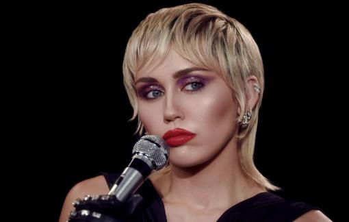 Miley Cyrus hồi sinh phong cách thời trang Disco của những năm 70