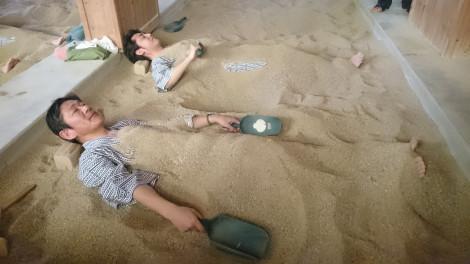 """Trải nghiệm du lịch """"đào mộ tự chôn mình"""" hơn 100 năm tuổi ở Peppu"""