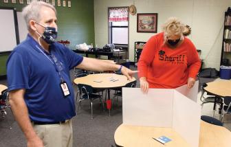 Phản đối việc giáo viên ở lại lớp khi đã tiếp xúc với COVID-19