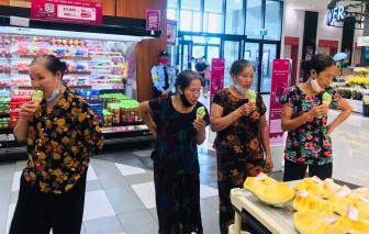 Xúc động hình ảnh các bà già quê lần đầu đi siêu thị