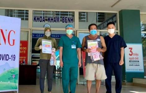 Bệnh nhân 468 và 919 cùng nhau xuất viện ở Bệnh viện Dã chiến Hòa Vang