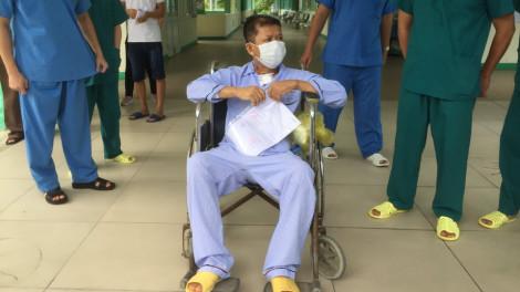 Ngồi xe lăn ngày ra viện, bệnh nhân 582 xúc động cảm ơn bác sĩ