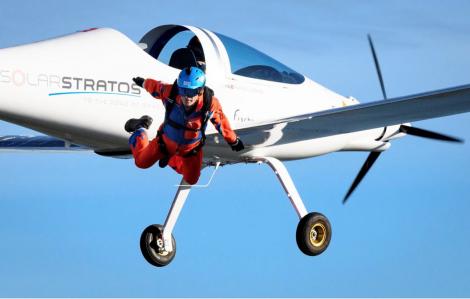 Cú nhảy dù đầu tiên trên thế giới từ máy bay chạy bằng năng lượng mặt trời