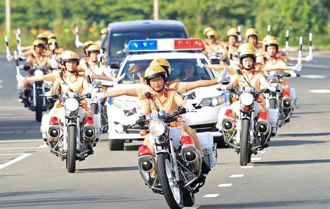 Nữ cảnh sát giao thông lái mô tô dẫn đoàn