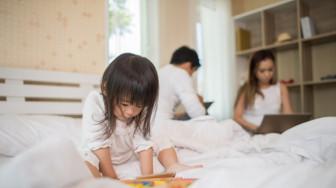 Bị vợ cấm vận giường chiếu vì làm con giật mình