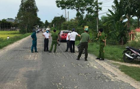 Đống rác đang cháy bên đường bất ngờ phát nổ khiến người chạy xe máy ngang qua tử vong