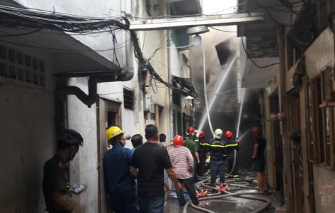 Cháy nhà tại trung tâm quận 1, cột khói cao hàng chục mét