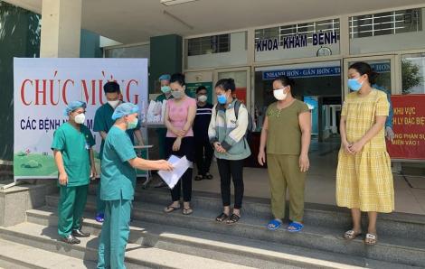 Một cô giáo cùng 3 bệnh nhân khác được chữa khỏi COVID-19, xuất viện về nhà