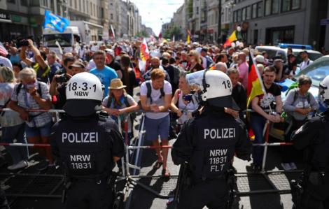Hàng ngàn người biểu tình tại châu Âu bất chấp dịch COVID-19 tái bùng phát mạnh