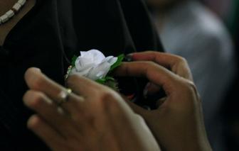 Xử lý xung đột thế hệ: Vì ai cũng có ngày phải cài bông hồng trắng