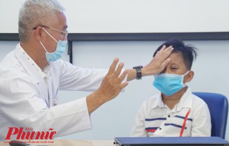 """Bác sĩ Sài Gòn """"chế"""" phương pháp chưa từng có trong y học để cứu mắt cho bé trai"""