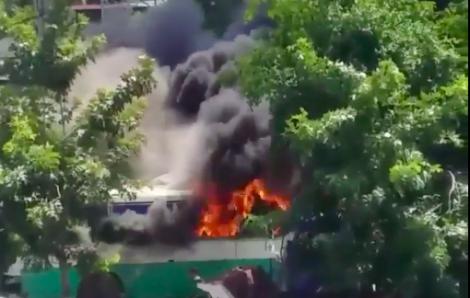Bãi giữ xe cũ bốc cháy giữa trưa, nhiều xe bị thiêu rụi